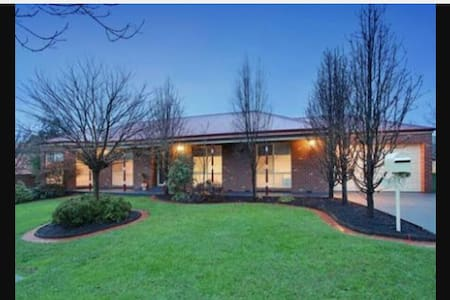 City meets the Yarra Valley - Chirnside Park - House