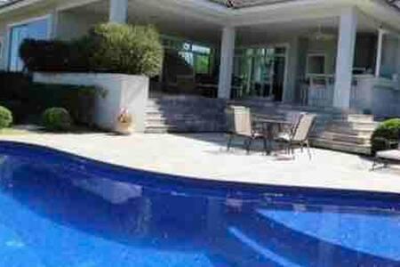 Casa em condominio fechado piscina e area de lazer
