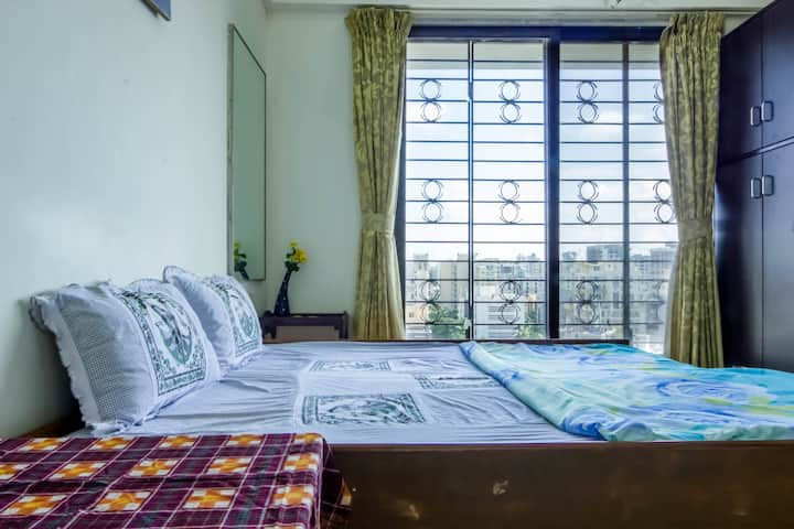 Warm cozy room in leafy Santacruz