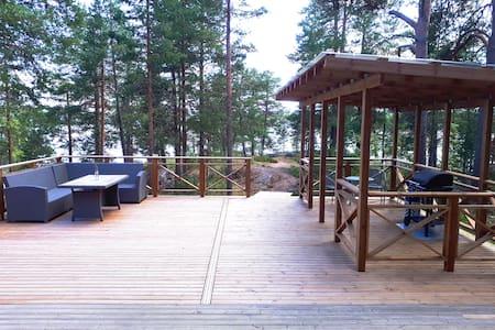 Mökki yksityissaaressa (silta) Private Island