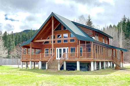 Stunning Log House with Room for Everyone!