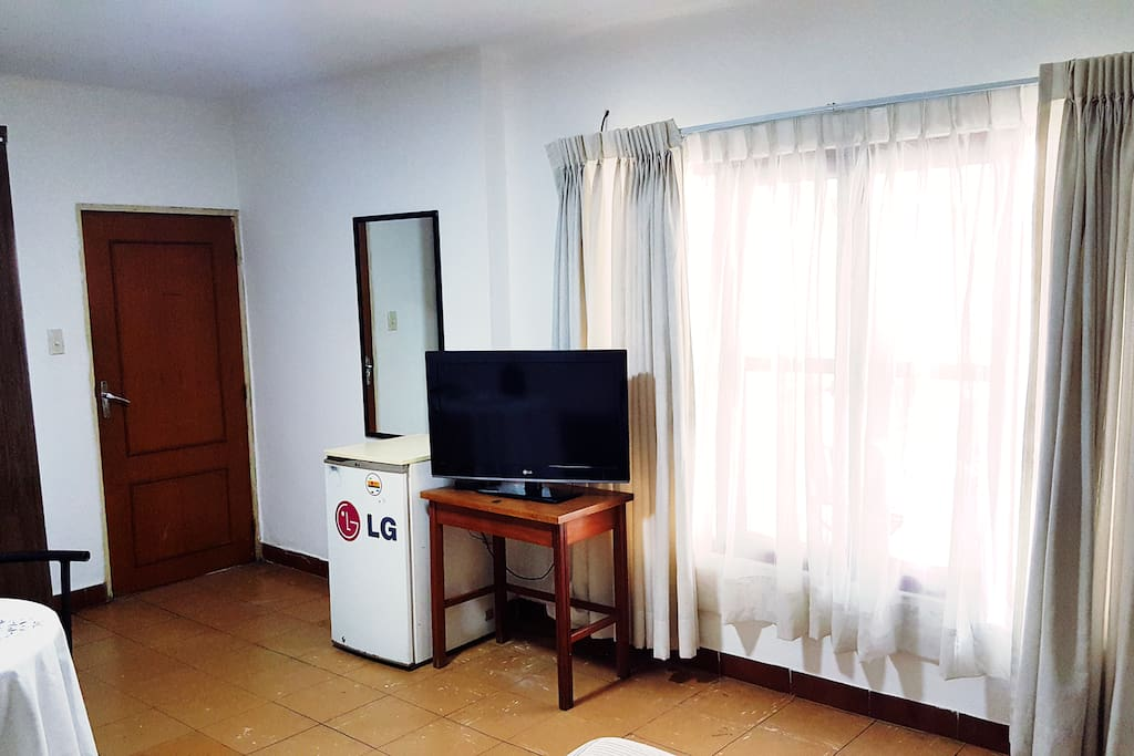 "Tv plasma de 32"" con servicio de cable incluido y minibar / 32"" plasma TV with cable service included and minibar"