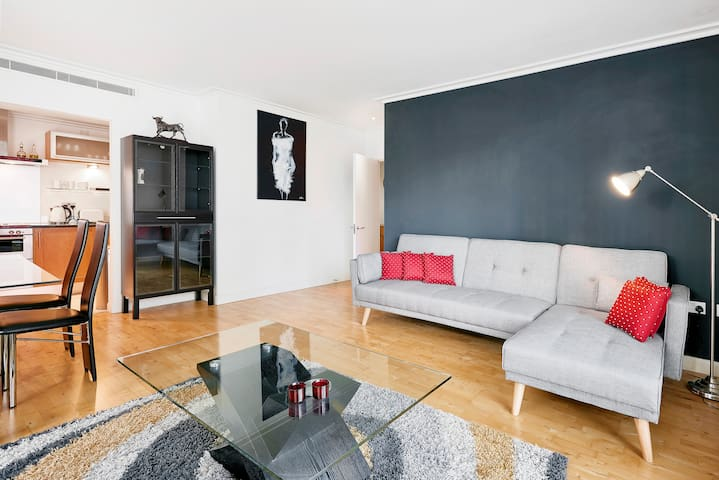 2 Bed | Modern  Canary Wharf Apartment