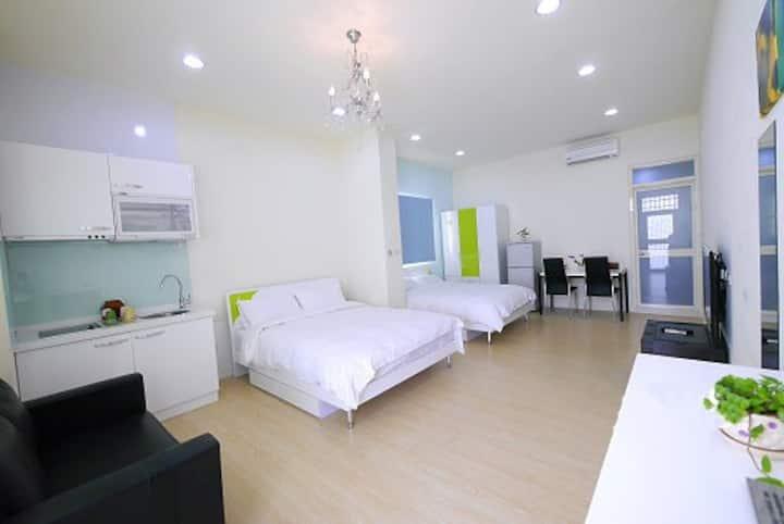 Taichung Fengjia--Whale Quadruple room