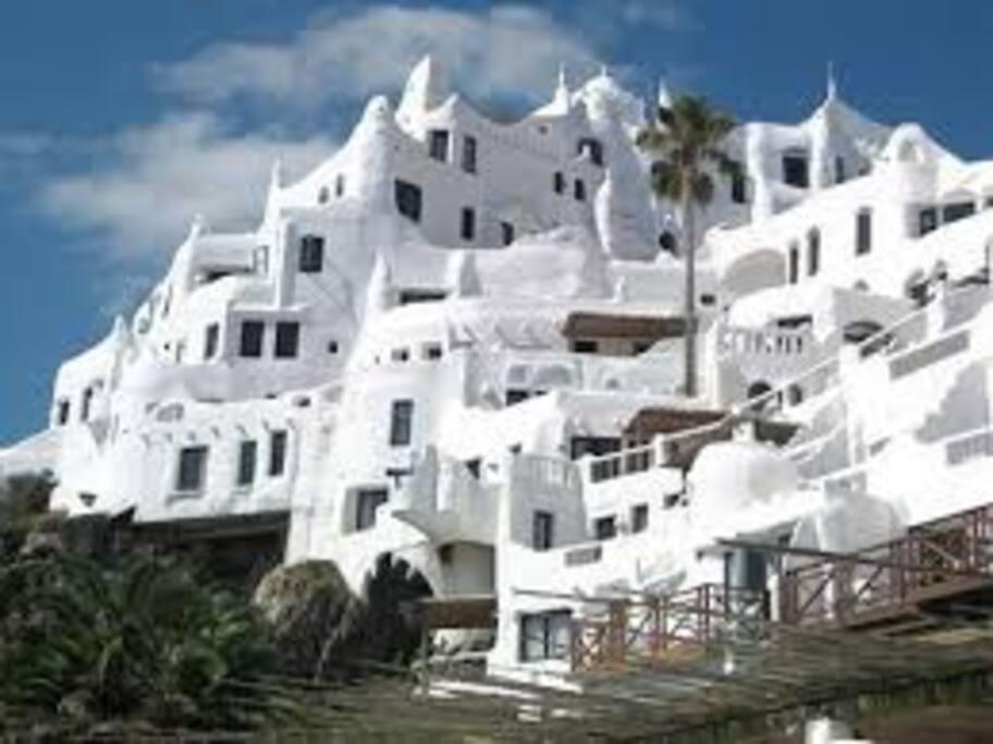 Casa Pueblo está a 12 kilómetros , pudiendo acceder por la Rambla o por la Perimetral.