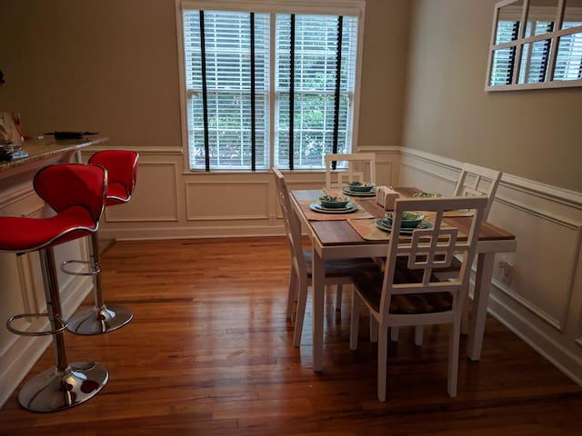Charming Southern Style Midtown Condo-Super Clean