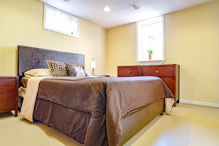 Private, Clean & Quiet in South KC - Kansas City - Huis