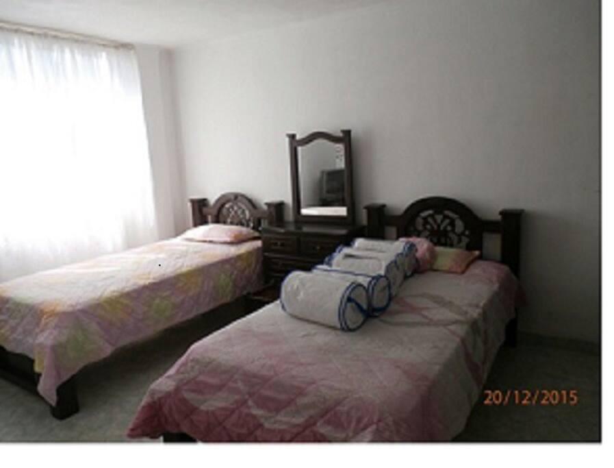 Alcoba con 2 camas