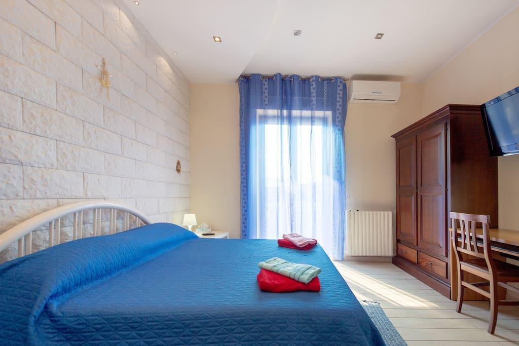 camera Salvatore condizionatore vista parete in pietra