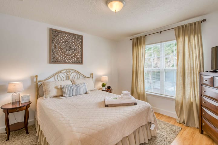 Adorable suite!! Minutes to Downtown and Beach, Balcony, New and Fresh, FREE Attractions each day!