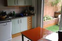 Cocina con acceso directo a terraza