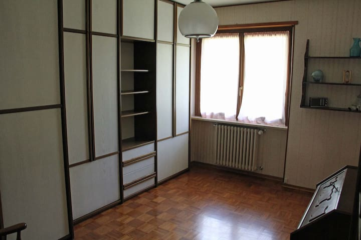 La camera da letto piccola ha due letti a scomparsa