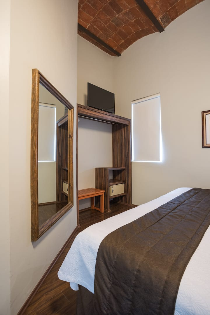 Habitación con 1 cama king size