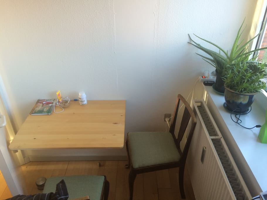 Up to 3 ppl can enjoy the kitchen table for breakfast or games