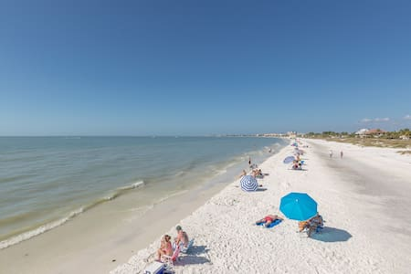 Ft. Myers Beach Condo—Walk 2 Min to Beach - Fort Myers Beach