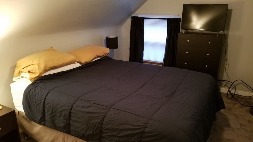 Private Room w/ Queen Bed Near Downtown & Stadiums