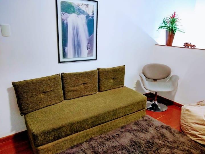 Quarto cama casal + sala com sofá cama e garagem