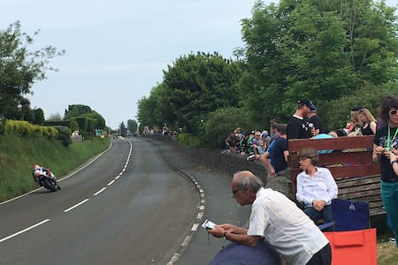 View of the Isle of Man TT course from the garden - Douglas - Maison
