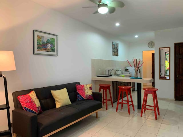 Espaciosa sala de estar •  TV por cable • Ventilador de techo
