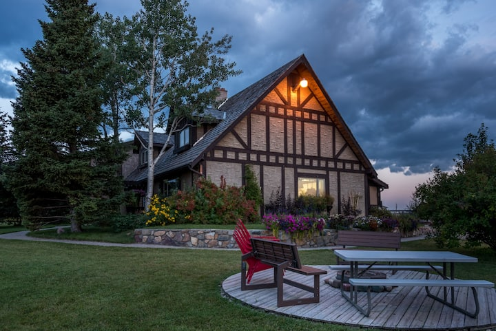 Family friendly lodge 15 minute drive to Waterton