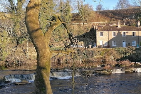 Cosy river cottage with fantastic views