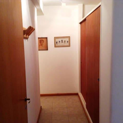 Placard del dormitorio principal y pasillo al baño de la suite