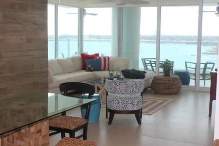 Beachfront Luxury, amazing views - Lakás