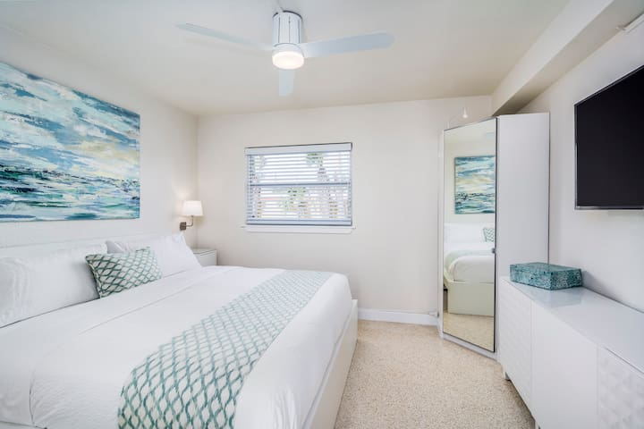Fabulous 1BRCoastal APT steps to the beach! Unit D