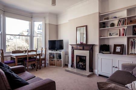 Large double room (ensuite) 20min from centre - Apartemen