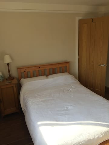 Spacious double room in Eccles