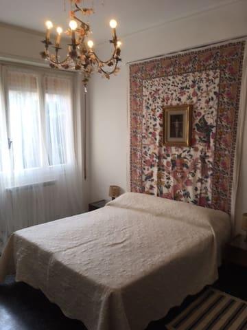 La camera da letto The bedroom