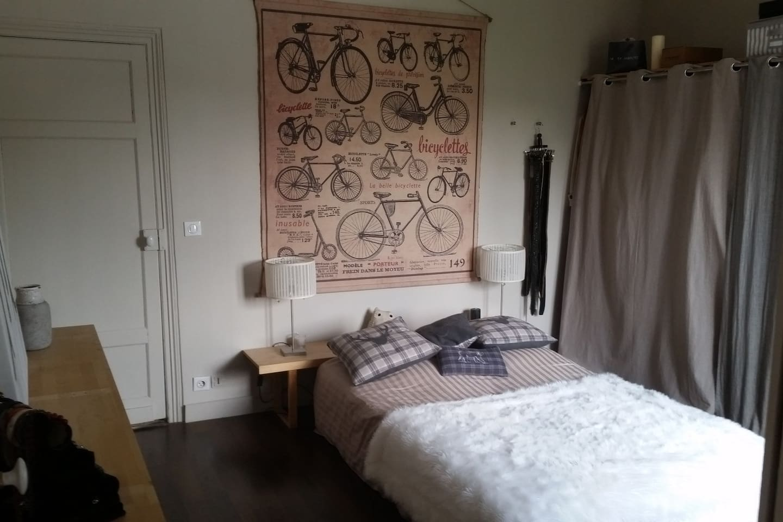 Une chambre spacieuse et lumineuse.