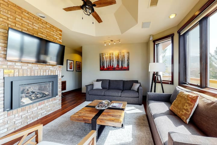 Gorgeous condo w/ loads of windows & shared pool/hot tub + ski shuttle!
