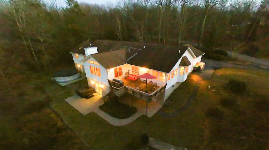Very spacious home - Enormous Game Room/ Hot Tub/ Swimming Pool/ Gas Fireplace!