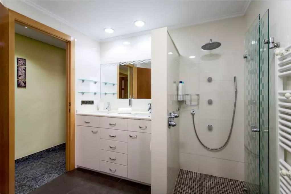 Baño grande con ducha y bañera hidromasaje