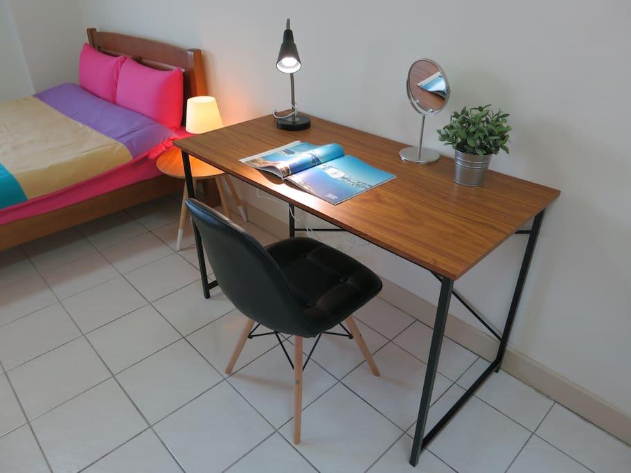 北歐清新風格書桌,旅人們上網閱讀都很讚!