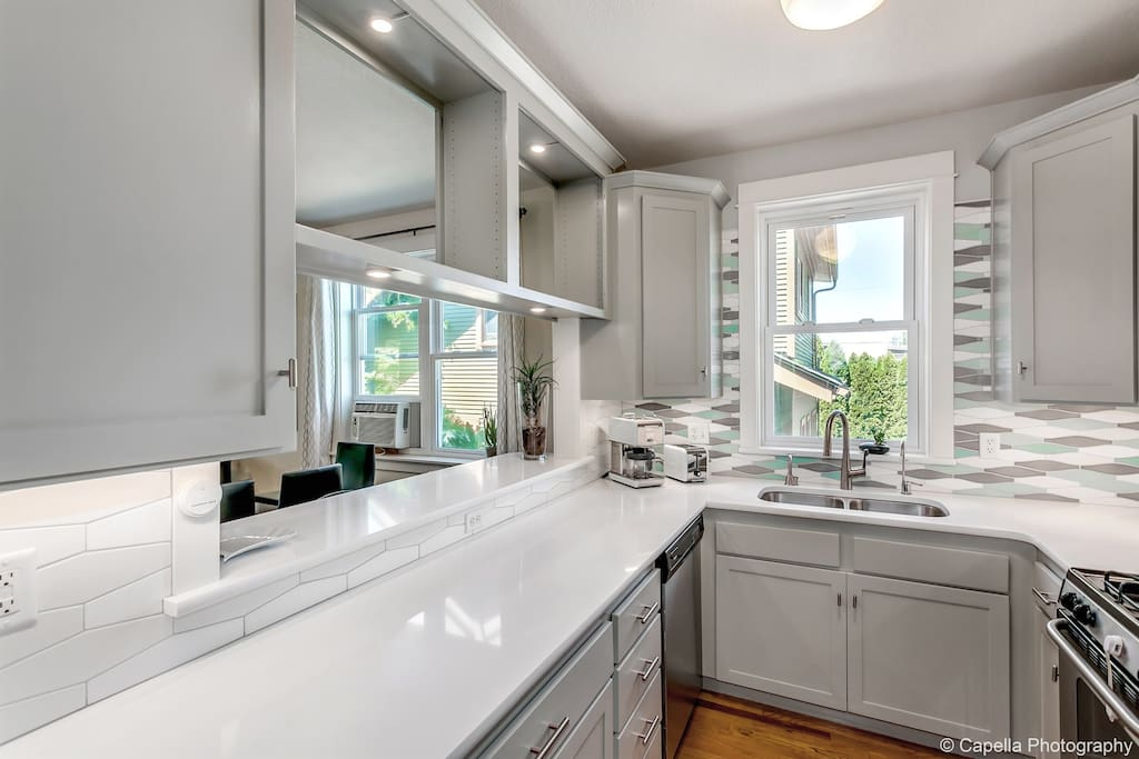 Craftsman Styling With Modern Comfort. Our 3BR/3BA home is right in the center of the district's best food, art and drink offerings. Welcome to the Alberta Arts District - The Gingko GuestHouse is the place to be in Portland!