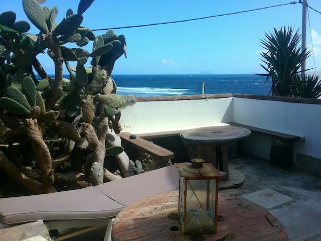 Rustic apartment with terrace over the sea - Caleta de Caballo - Daire