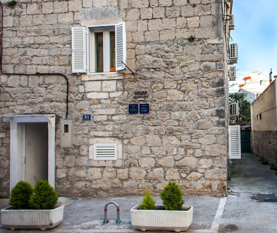 APARTMENT ON FIRST FLOOR IN CENTER OF SPLIT