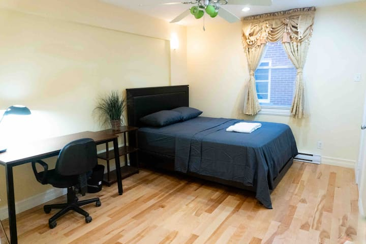 Queen Room w/Smart TV, Walk to metro Plamondon