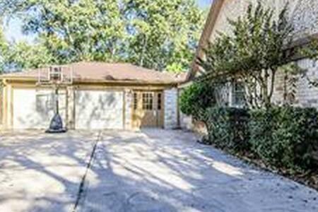 Beautiful Big Home with Pool, Near IAH, Houston - 斯普林(Spring)