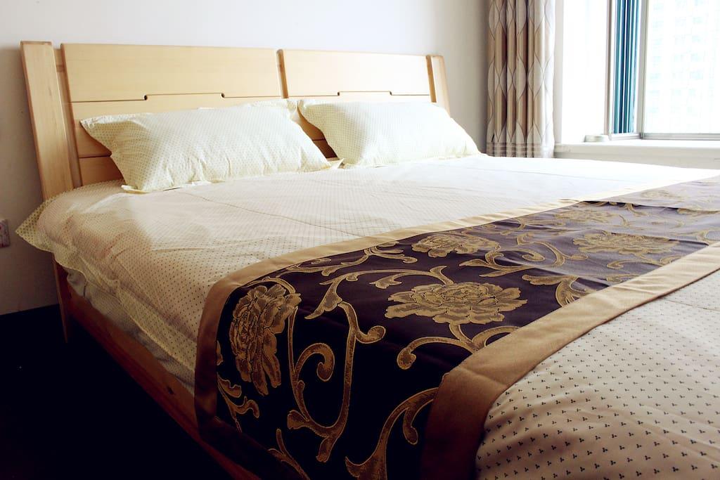 房间是实木地板,1.8*2米大床,床上4件套都是全新的,席梦思床垫不软不硬刚刚好,让旅行有更舒适的家