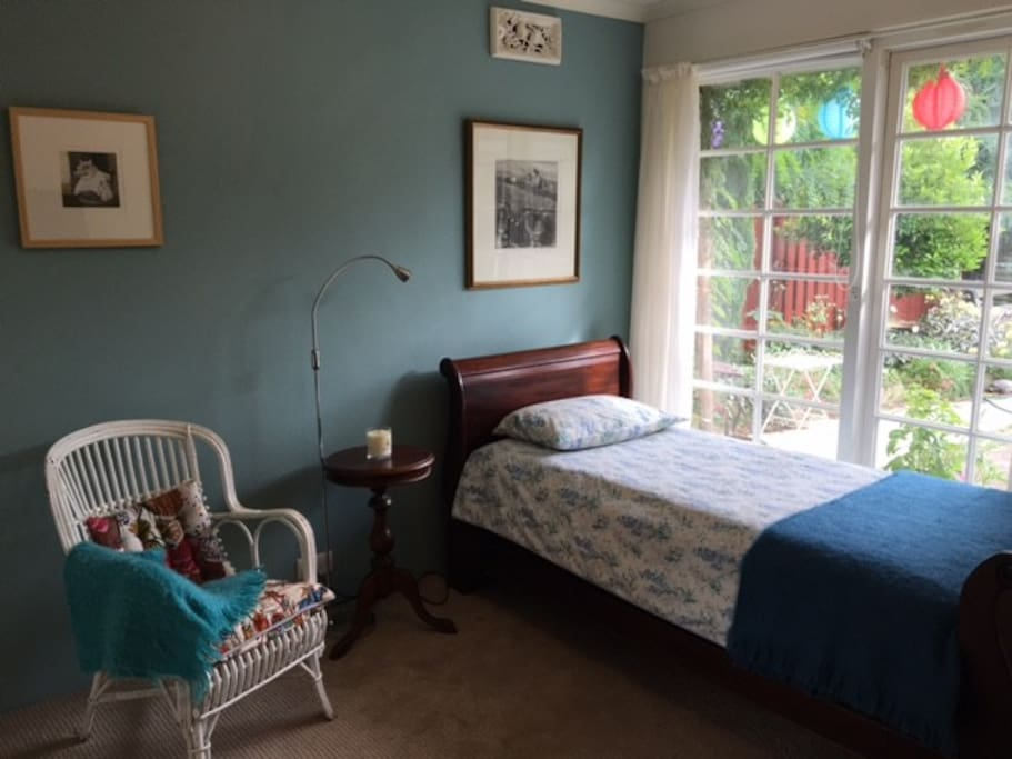 Single bedroom , sunny and looking into a small garden area.