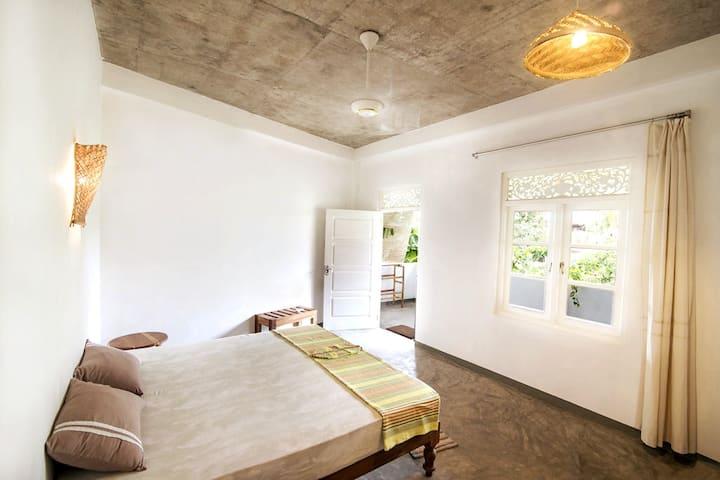 """MIRISSA BnB"" (N8) spacious AC room with breakfast"