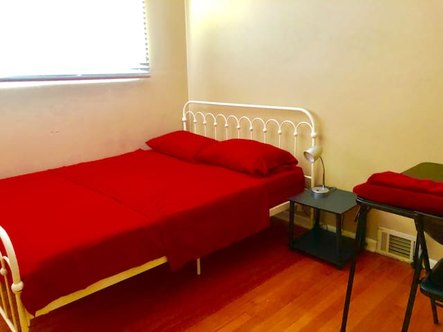 ROOM B 18 MINS-DOWNTOWN BY TRAIN CLOSE HOSPITALS