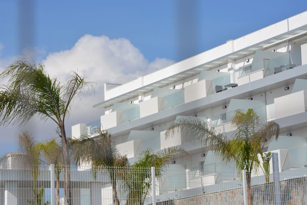 Blick vom Pool zur Wohnung (oben links)