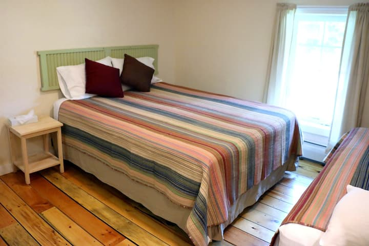 Queen with 2 Twin Beds - The Trailside Inn