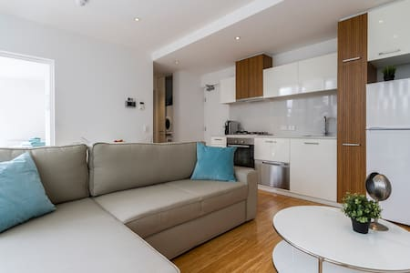 St Kilda - CLEAN, NEW & CENTRALLY LOCATED