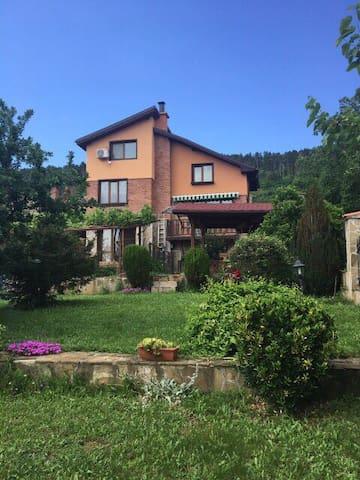 Давидкова къща за гости и отдих в град Шипка.