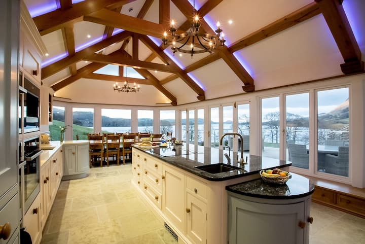 Five star lakeside house with hot tub, spa & cinema. Pet friendly